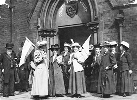 Photo:Suffragettes demonstrating outside a police court