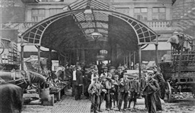 Photo:Entrance of Covent Garden market. C1910
