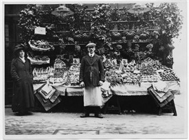 Photo:Photo of a fruit seller in St. Martin's Court. November 8 1910.