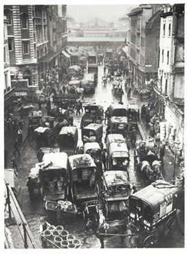 Photo:A view of Russell Street crowded with trucks in 1904