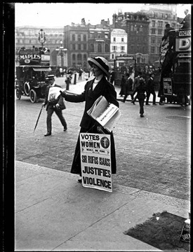 Photo:Suffragette handing out newspapers