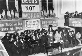 Photo:An assembly of suffragettes, including Emmeline Pankhurst, in 1908
